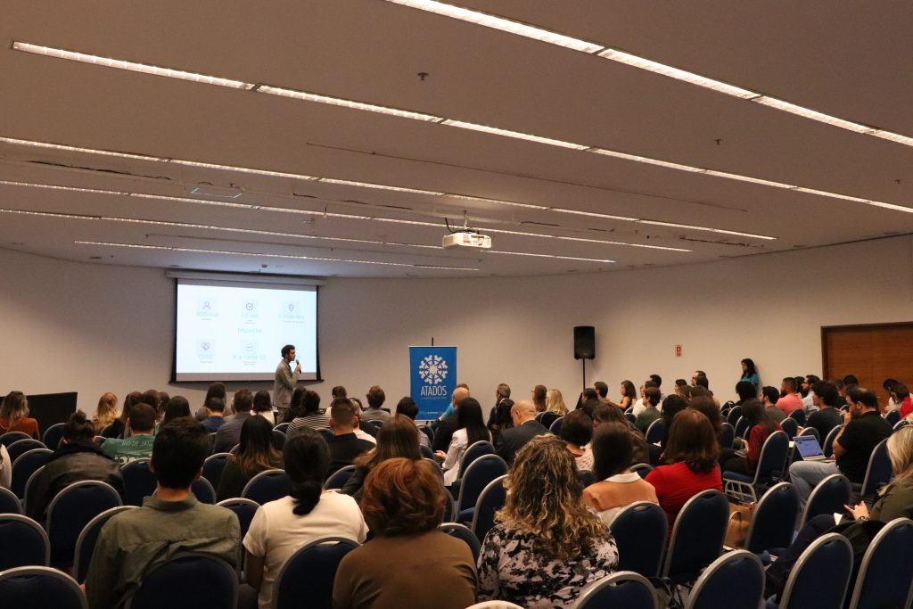 Daniel Morais, cofundador do Atados, fazendo a abertura do evento