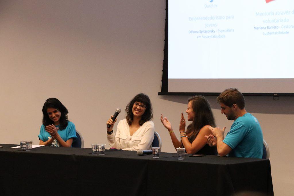 Participantes da primeira mesa falando sobre voluntariado baseado em habilidades