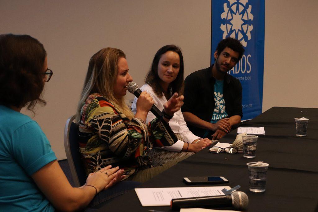 Participantes da terceira mesa compartilhando seus programas de voluntariado empreendedor