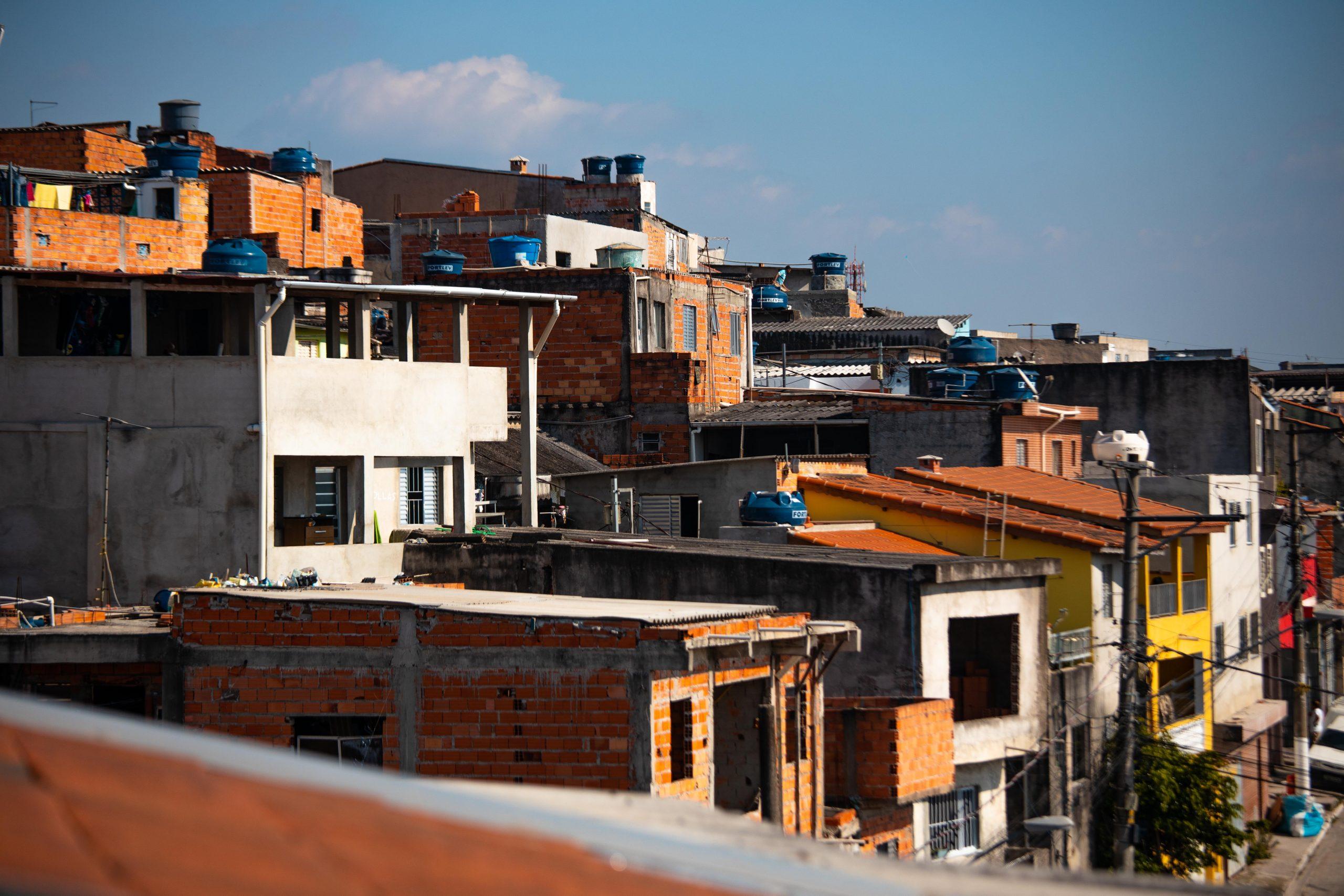Fotografia de várias casas populares tirada na região do Grajaú, em São Paulo, capital.